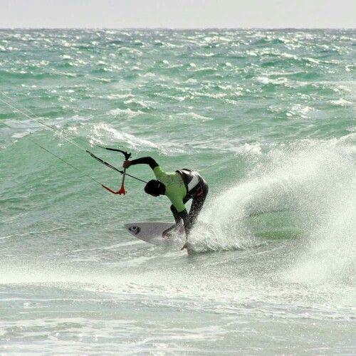 Vuelve el kiter enmascarodo... #Tarifa #viento #olas #kitesurfing #lycras #GuauTarifa #EspírituGuau
