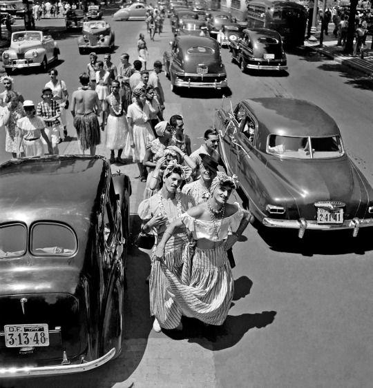 Homens fantasiados no carnaval carioca. Rio de Janeiro, anos 1940/1950.