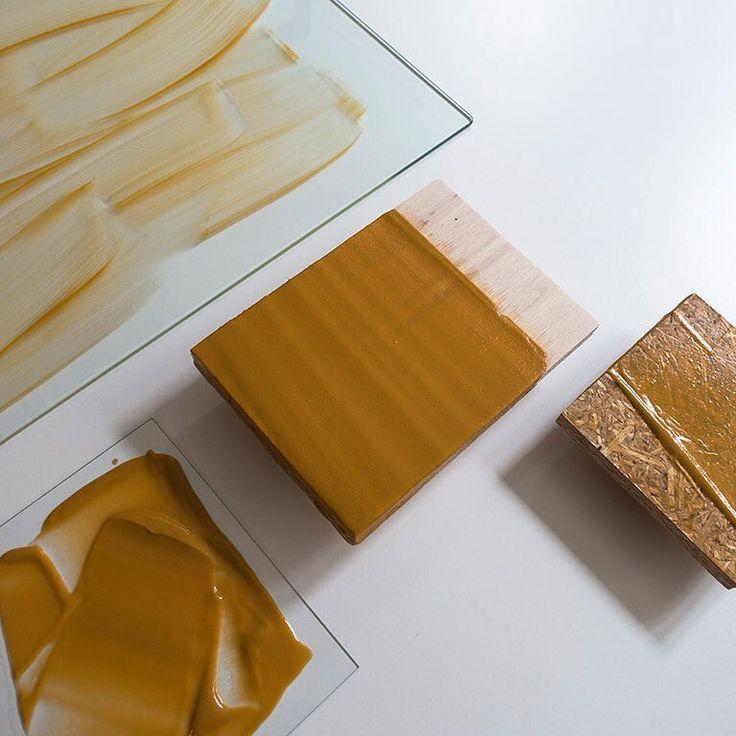Experimenten met pigment, zetmeel en (niet genetisch gemanipuleerde) soya lechitine op glas en hout. Onderzoek naar transparantie en bruikbaarheid van afbreekbaar plastic. - Today's experiments: pigments, (non GMO) soylechitine and starch on wood and glass. - #angeliquevandervalk #vegetableworks #studioangeliquevandervalk #art #visualart #abstract #abstractart #minimalist #contemporaryart #experimental #material