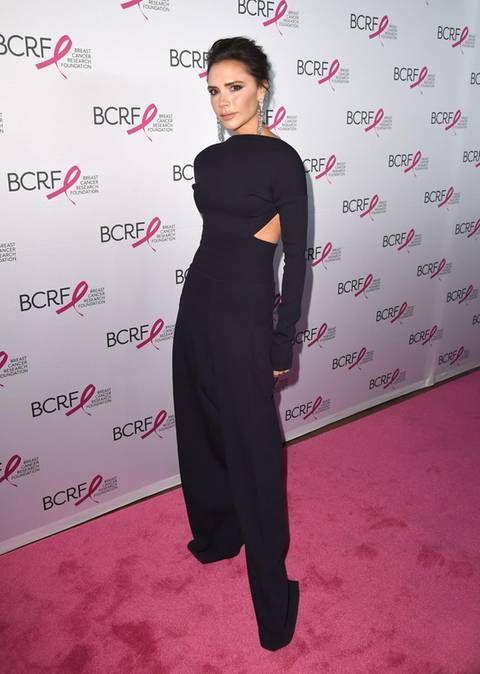 """Elegant und puristisch wie eh und je erscheint Victoria Beckham auf dem roten Teppich der """"Hot Pink Party"""". Ihrem hochgeschlossenen Stil bleibt sie damit erst einmal treu. Nur die seitlichen Cut-Outs verraten, dass dieser Look doch viel freizügiger ist, als man zunächst vermutet..."""