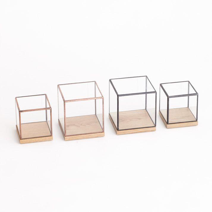 material: ガラス、ハンダ   glass, solder, oak color: Copper size: top [ h100 * w100 * d100 mm ] base [ h20 * w80 * d100 mm ] 博物館の標本箱をイメージしたの立方体のショーケースです。 オーク(ナラ材)の台座に、ガラス製のカバートップをのせて使用します。 季節ごとの木の実やドライフラワー、思い出の品などを中に飾りお楽しみください。 【必ずお読みください】 *ハンドメイドによる受注生産となりますので、商品のお届けには、ご注文後約1〜2ヶ月ほどの期間をいただいております。 また、ガラス材などの入荷状況や、ご注文が集中した場合、納品まで通常よりお時間頂くことがございますので、予めご了承ください。 *商品は一点一点ハンドメイドで製作している為、色・形に多少ばらつきがあります。ご了承願います。 *こちらは容器のみの販売となります。