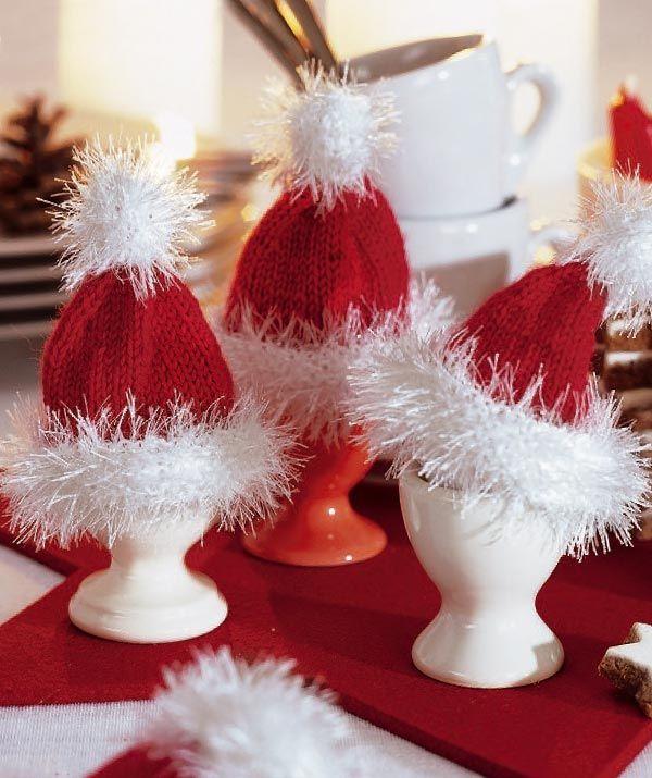 Eierwärmer Nikolaus, 5518 - Gratisanleitung: Eine witzige Dekoidee für Ihr Adventsfrühstück sind diese Nikolausmützen-Eierwärmer aus Schachenmayr Merino Extrafine 120 und Schachenmayr Brazilia. Im Nu hergestellt, peppen sie jeden Frühstückstisch auf.