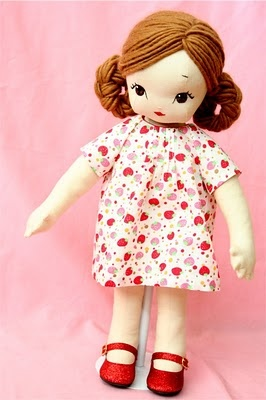 love the embroidery on this doll's face...  sarah murray- this is for you! :}