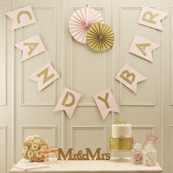 Cette guirlande rose et or sera parfaite pour décorer votre Candy Bar de mariage.