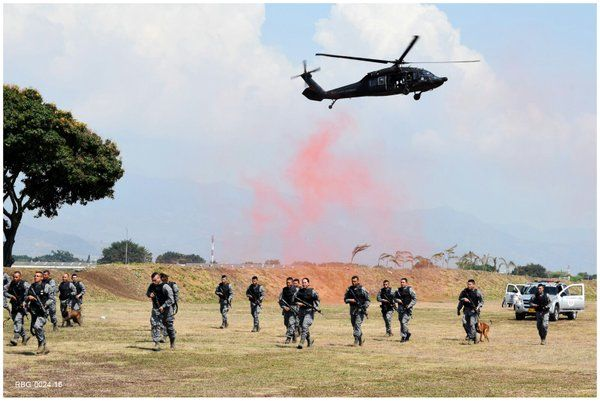 Detalles de la cremoniade imposición oficial de la nueva boina que portarán los uniformados de la especialidad de Seguridad y Defensa de Bases de la Fuerza Aérea Colombiana. Noticias de la Fuerza Aérea de Colombia - Página 114 - América Militar