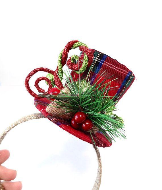 Un po  paese, un po  di ispirazione Dickens cappello... un divertente pezzo di accento per concludere il vostro abbigliamento vacanza!  Realizzato in tessuto plaid rosso, con bastoni ricci glitter e po di abete con bacche. La tesa del cappello misura circa 3,5 da altra parte ed è 3 alto.  PRONTO PER LA SPEDIZIONE IN 2 GIORNI... (bisogno immediatamente? Chiedere informazioni su mail durante la notte)  – – – SPEDIZIONE / POLITICHE – – – Spedire tutto il mondo. Tutti gli articoli sono accur...