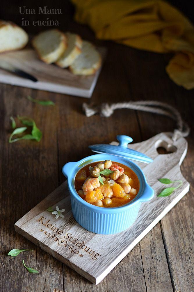 La zuppa di ceci, zucca e gamberi è un piatto caldo e confortevole, dal sapore delicato.