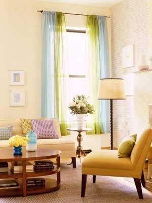 Para una pared beige en un salón, aquí combinan unas cortinas translucidas muy alegres, en azul cielo y verde lima    Aparentemente hay una...