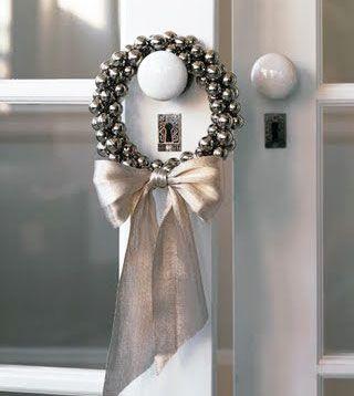 Essa é uma guirlanda menos tradicional sugerida no Blog London Design. Esferas metálicas e um laço prateado formam o adereço, que é pendurado diretamente na maçaneta da porta. +