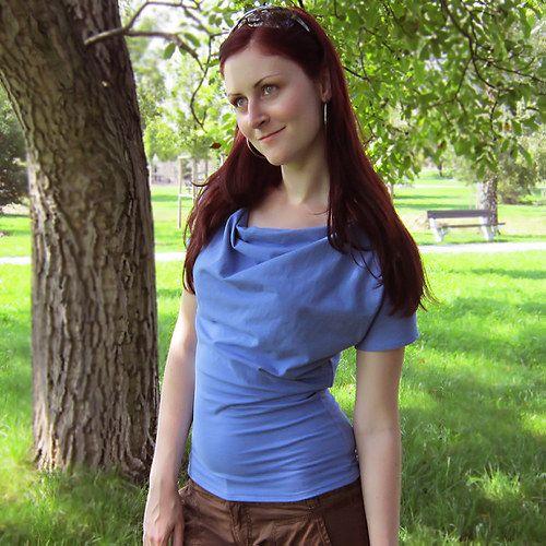 t-shirt, top Sky vel. S Netradiční tričko dle vlastního návrhu. S výstřihem tzv. vodou. Je ušito z modrého úpletu. Tričko je s krátkými rukávky, pružné a přes prsa volnější. Velikost S délka cca 61 cm pas 72 cm spodní šíře 86 cm péče - doporučuji prát ručně,žehlení na stupeň 1 V případě, že s tričkem nebudete spokojená, je možné jej bez udání důvodu do 14 dní ...