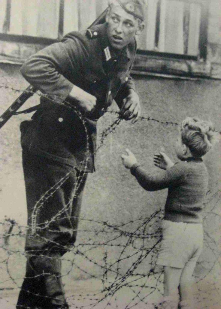 Un soldat est-allemand ne tient pas compte des ordres de ne laisser passer personne, et aide un jeune garçon à traverser le tout nouveau «mur de Berlin» pour qu'il puisse rejoinde sa famille. [Guerre froide, 1961]