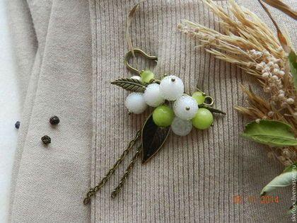 """a mano broche.  Masters Fair - hecho a mano.  Comprar """"azúcar snowberry"""" broche.  Hecho a mano.  Blanco, perno, hojas"""