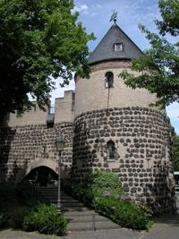 He sin mer zo Huus!    Er ist eines der Vorzeige-Denkmäler in Köln: Der Sachsenturm inmitten der mittelalterlichen Stadtmauern am Sachsenring. Dass Wehrtürme statt mit dem Schwert durchaus auch mit kölschem Mutterwitz und Humor erobert werden können, bewiesen eindrucksvoll die Blauen Funken. Diese haben nämlich das alte Bauwerk liebevoll restauriert und sind hier zu Hause.    Seit 1970 schlägt hier - am Blaue-Funken-Weg das Herz der kölschen Funken-Artillerie.