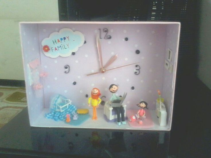 Wall clock with family caracter