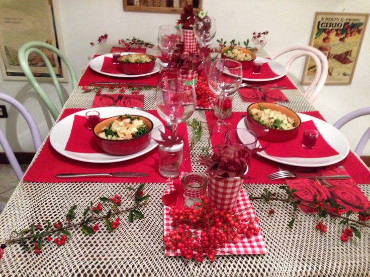 In rosso,la tavola per la griglia con dei cari amici