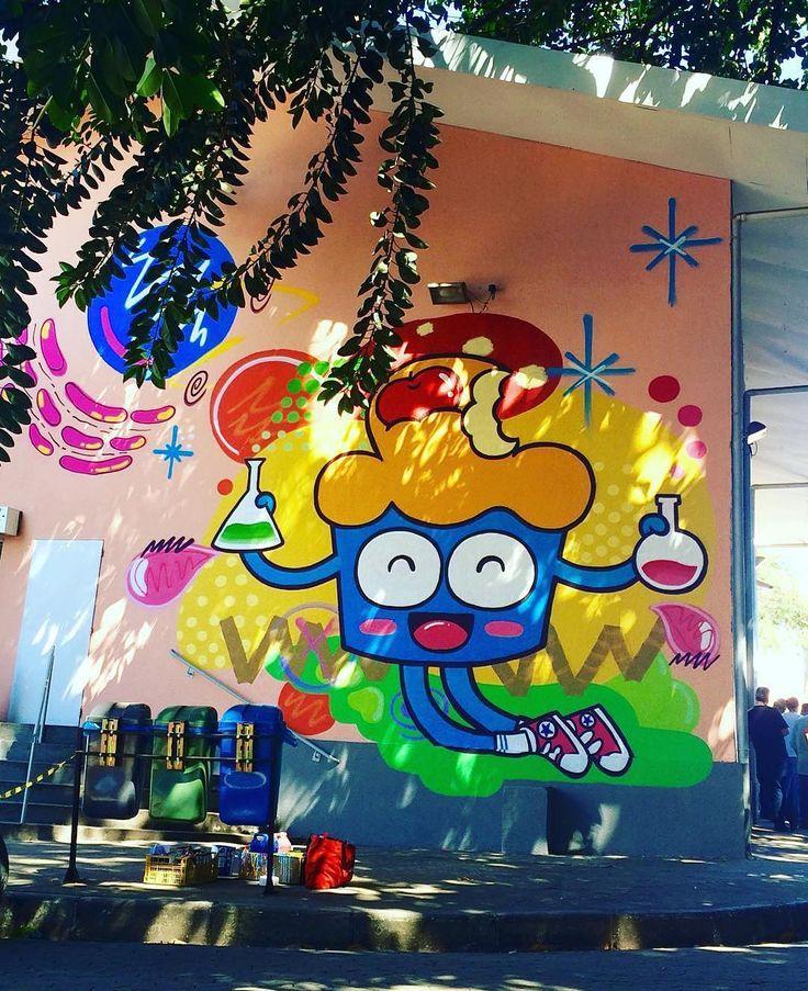 """Quem circula pelas ruas de Belo Horizonte não consegue deixar de reparar nos mais de 600 bolinhos espalhados pela paisagem. O simpático personagem, criado pela grafiteira Maria Raquel Bolinho (@querobolinho) em 2009, é um velho conhecido dos moradores da capital mineira. """"Minha motivação inicial era ocupar o espaço urbano de uma maneira criativa. Vejo a cidade planejada de uma forma apenas utilitária, nem um pouco humanizada, e penso no graffiti como a quebra desse padrão. À medida que fui…"""