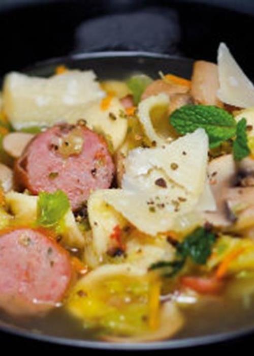 Sopa de salsichas com legumes e massinhas