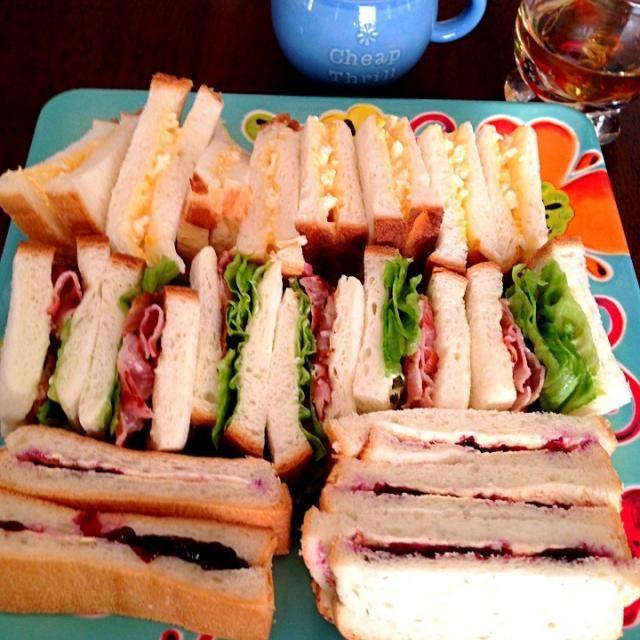 卵サンド、ベーコンレタスサンド、ブルーベリージャムサンド♡ 朝から会話が弾みますʕ⋈•◡-ʔ - 13件のもぐもぐ - サンドイッチ&コーンスープ♪ by sakutae