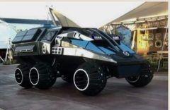 画像は四月初頭に完成した火星探査ローバー  まるでバットマン ビギンズに出てくるバットモービルを彷彿とさせると話題になっています  実は開発したのは映画やテレビの撮影に使われる奇抜な車両製作を手がけているパーカーブラザーズコンセプト社 正式な発表を前にSNSで動画とイメージが公開されています  車体を構成するのはカーボンファイバーとアルミ動力は太陽光発電  定員は4名で全長8.5x全幅4x全高3.4メートル  重量は正式には計測されていませんが2250キロと見積もられているよう  全高130x幅75センチのタイヤを6輪備え火星の砂対策のダクトが装備されるそう  最高速度は時速95110キロ   オポチュニティとキュリオシティにとってもこの仲間が加わったらとても心強そうです