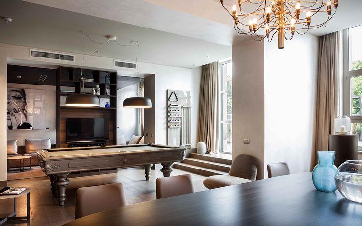 Sedie in frassino con seduta in ecopelle e tavolo con base laccata.  #interiordesign #madeinitaly #furniture