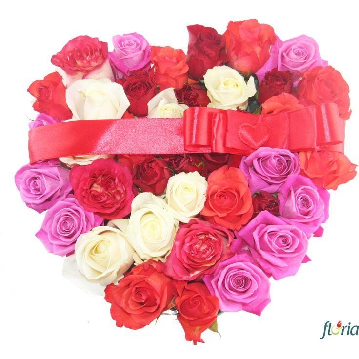 Inima din 31 trandafiri multicolori. Dragostea voastra e plina de culoare si zambete? Trimite-i o inima din 31 de trandafiri multicolori si spune-i ca o iubesti intr-un mod simpatic! Cu siguranta va fi placut impresionata.   Acest aranjament floral contine 31 trandafiri multicolori si include un suport de burete in forma de inima, care va pastra prospetimea florilor mai mult timp.