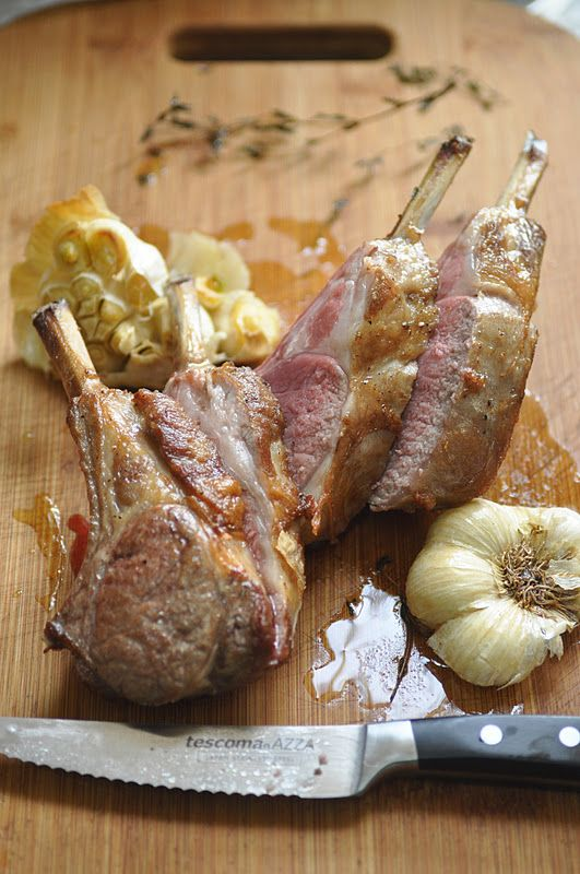 Que direz-vous un rôti de carrés d'agneau marinés depuis hier nuit, servis d'un jus d'agneau mijoté? Carré d'agneau rôti (mariné d'ail, thy...