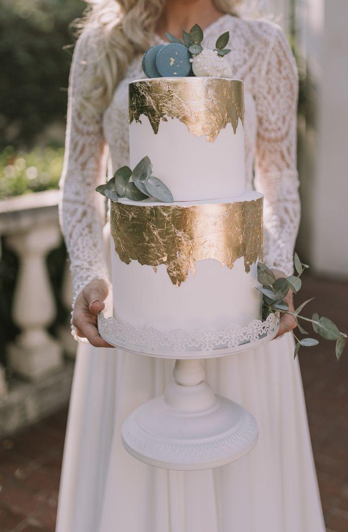 Zweistufige, minimalistische weiße Hochzeitstorte mit Blattgold und Minzeukalyptus …   – Amazing Wedding Cakes