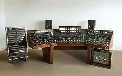 В конце этого месяца на аукцион выставляется звукозаписывающая консоль, которую использовали Pink Floyd для записи своего классического альбома «The Dark Side Of The Moon». Этим студийным пультом в разные годы также пользовались Пол Маккартни, Кейт Буш и The Cure. Восьмой студийн