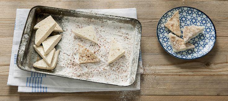 """Omdat beginnende vegans niet altijd weten wat ze met tofu kunnen maken, delen we deze 'tofuguide' van Tofupedia met jullie. Tofupedia verzamelt informatie, artikelen en recepten rondom tofu op tofupedia.com. De site is niet geheel vegan, maar er valt genoeg plantaardigs te vinden. In deze tweedelige serie 'Tofuguide' nemen we je mee in de wereld … Continue reading """"Tofuguide #1: snijden, marineren en krokant bakken"""""""