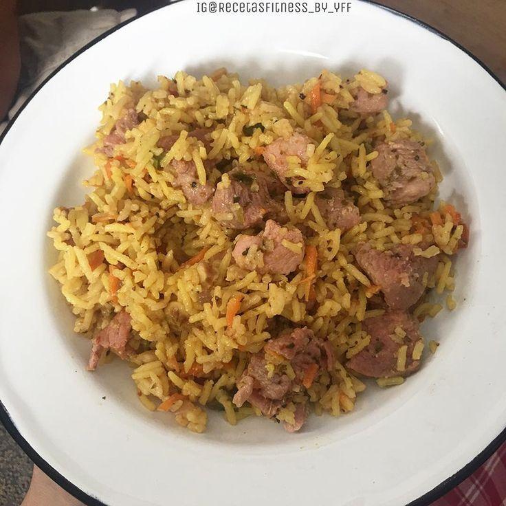 Para elaborar esta saludable receta de Arroz con pavo y cúrcuma Hay dos maneras: Con arrocera. - colocar el arroz lavado previamente tres veces.