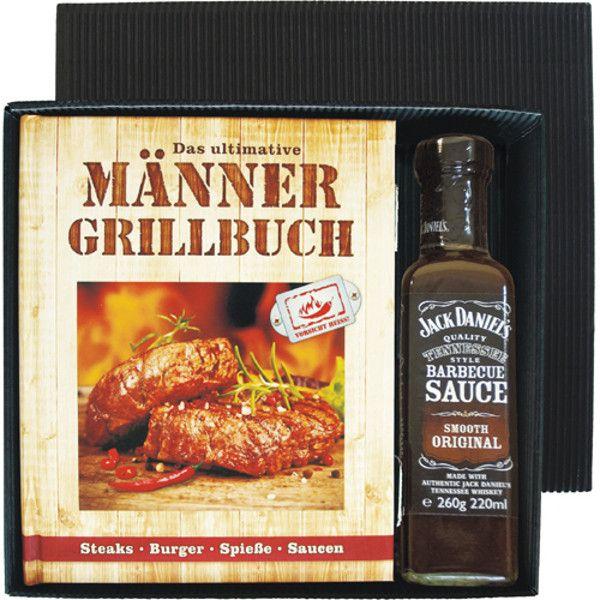 """Saftige Steaks und glühende Kohlen – dieser Szenerie kann wohl kaum ein Mann widerstehen. Dieses schöne Grill-Geschenkset mit """"Männer-Grillbuch"""" hebt das Barbecue-Erlebnis auf ein ganz neues Level. Ein schönes und überaus praktisches Präsent für alle Barbecue-Boys und Grill-Ganoven!"""