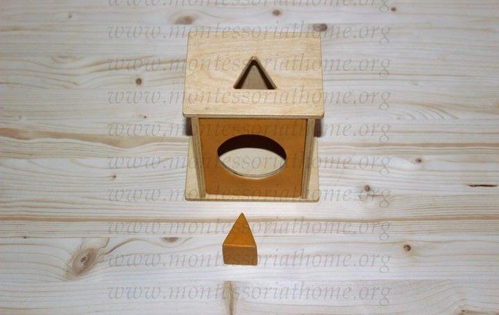 Attività dell'imbucare triangolo Montessori.