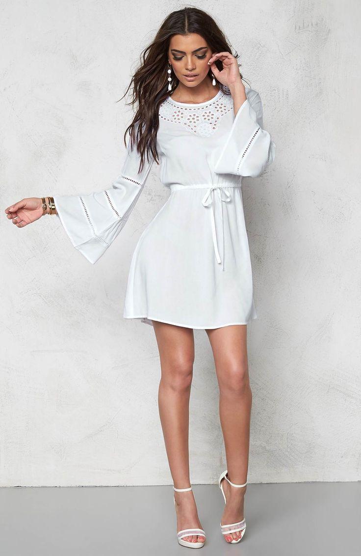 Przepiękna sukienka marki Chiara Forthi. Niezwykle miękka, lejąca się wiskoza.  Koronkowe wykończenia + modne, rozszerzane rękawy. Idealna na lato! 199 zł na http://www.halens.pl/moda-damska-na-gore-5750/sukienka-553499?imageId=395432&variantId=553499-0002