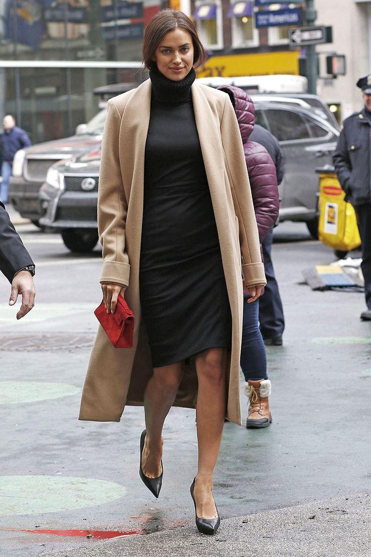 Irina Shayk en el evento 'Swim City' de la revista Sports Illustrated en Nueva York.   Vestido de lana con cuello vuelto en negro y abrigo largo en camel combinado con pumps de piel negros y bolso de mano rojo.  Foto: © Gtres Online/ Cordon Press