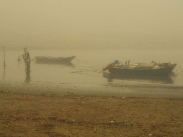 barche alla deriva la nebbia crea un'atmosfera