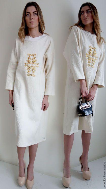 Платье в стиле бохо шик 'Дания 11' в интернет-магазине на Ярмарке Мастеров. Белый день На птичьем базаре. Воспоминания. Белый цвет На холсте И вспорхнули птицы. Дизайнерские вещицы всегда необычны приемами и шиком тканей и это платье еще одна занимательная вещица, которая поселится у вас в гардеробе.. В этом платье играет шикарный плотный зимний трикотаж с объемной фактурой и казалось бы простой крой, но фишка не этом , а в вышивке замысловатых перевитях золотой вышивки.