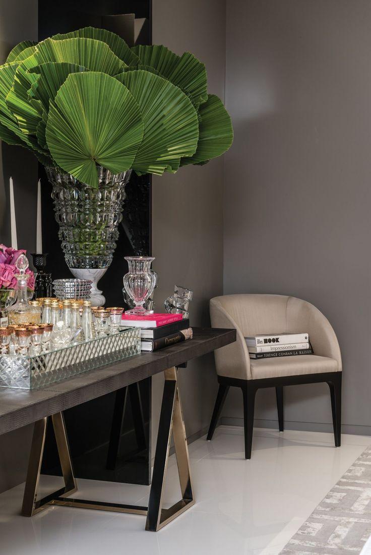 Como arrumar um hall de entrada perfeito: arrumação de bandeja de prata com taças, livros e vaso de planta no aparador. Por Christina Hamoui