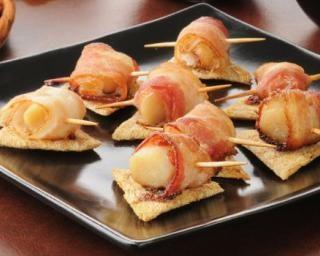Roulés de saint-jacques au bacon : http://www.fourchette-et-bikini.fr/recettes/recettes-minceur/roules-de-saint-jacques-au-bacon.html