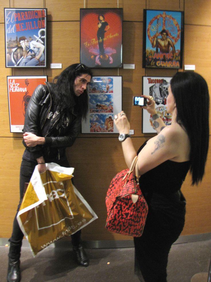 Alaska y Mario de compras en Fnac Triangle. ¿Qué llevarían en la bolsa?