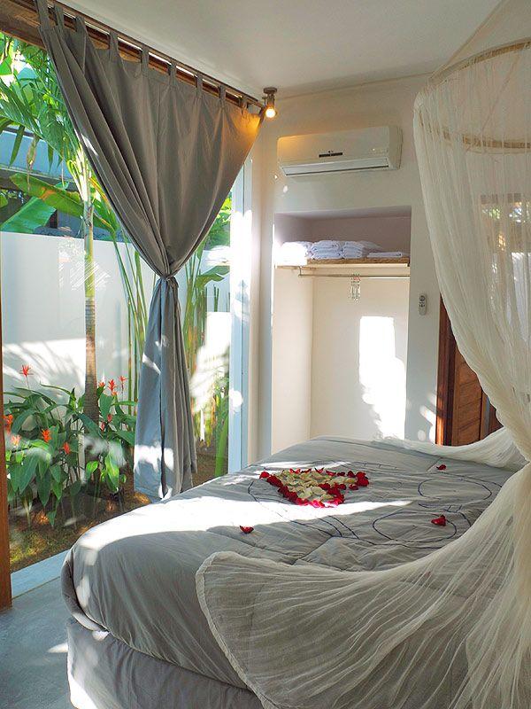 #Chambre avec vue sur un petit #jardin privé aux couleurs rayonnantes du #soleil .