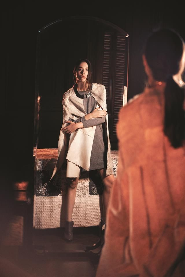 Escala de grises  Capa de pelo gris melánge ($ 16.500, Prüne), suéter largo de hilo ($ 1300, Complot), collar (Pérez Sanz), botinetas de cuero ($ 2499, Vía Uno).Foto:Martín Sarrabayrouse