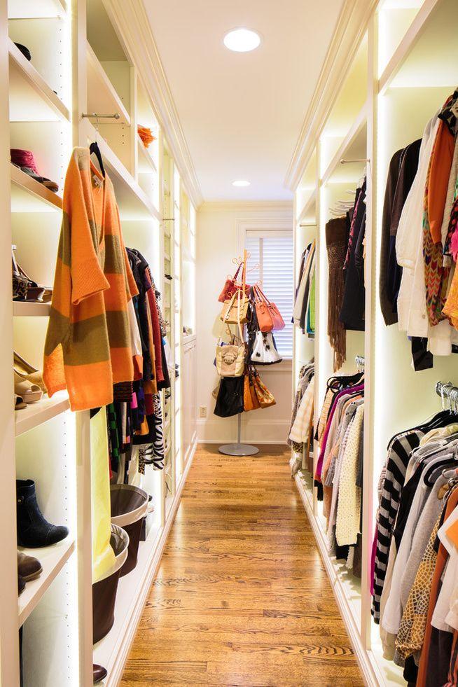 細長いウォークインクローゼット 限られたスペースをいかに使うか迷うところです。ポールハンガーにバッグをかければ、きれいに収納できるのはもちろん、取り出しやすくて機能的です。よく使う洋服はクローゼットの外のフックにかけましょう。