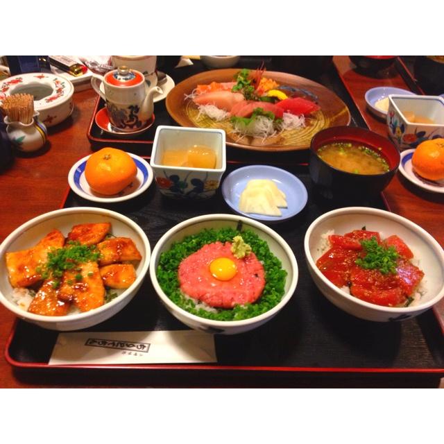 NHK連続テレビ小説と同名のお店、三崎港にあるちりとてちんでランチをしました。  3種類のまぐろ丼が一度に楽しめ、ボリュームたっぷりのちりとてちん丼をオーダー。  一番左の丼、照り焼き丼は焼肉のカルビのような食感でとても新鮮でした。