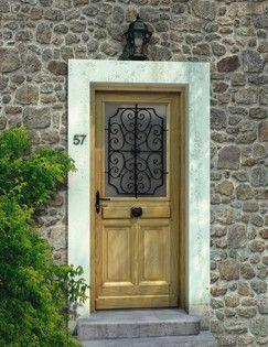 Élément important de l'esthétique, la porte d'entrée en bois se laissera pas indifférent vos invités.