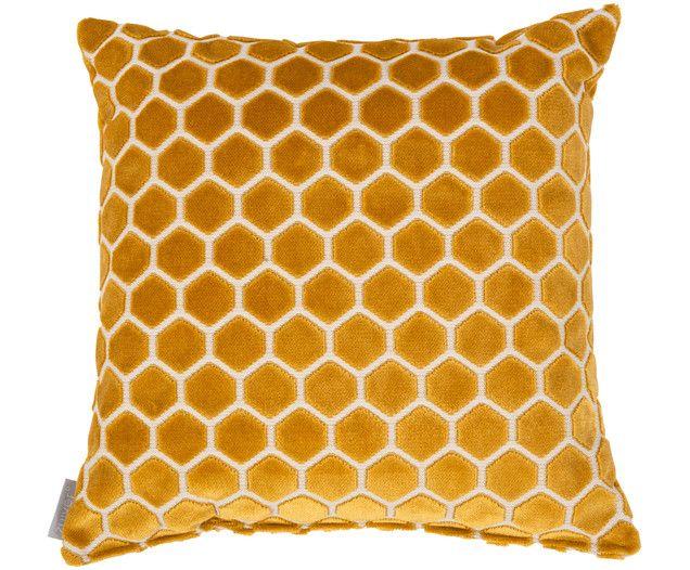 Ihnen fehlt es an Gemütlichkeit? Die holländische Marke Zuiver schafft jetzt Abhilfe und sorgt mit dem Kissen MONTY für kuschelweiches Vergnügen. Egal ob auf Ihrer Couch, im Sessel oder in Ihrem Bett, das honigbraune Kissen macht mit seinem Hexagon-Design überall eine tolle Figur!
