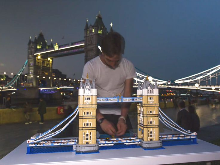 This guy spent 13.5 hours building a miniature Lego Tower Bridge in front of the actual landmark