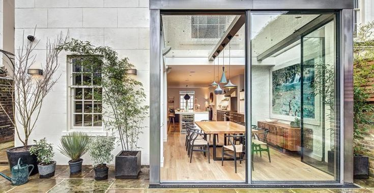Classico britannico. Il nuovo ampliamento è un volume in vetro ed acciaio che si protende all'esterno dell'abitazione. Gli architetti DOS Architects aggiunto un segno contemporaneo a un edificio in tipico stile vittoriano.
