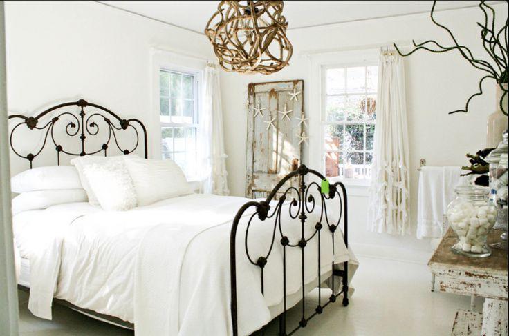 """""""Quarto de casal com cama de ferro."""" http://decoracaopracasa.com/sexo-na-praia-10-quartos-inspirados-na-praia/#.UoC_KeL7HIW"""
