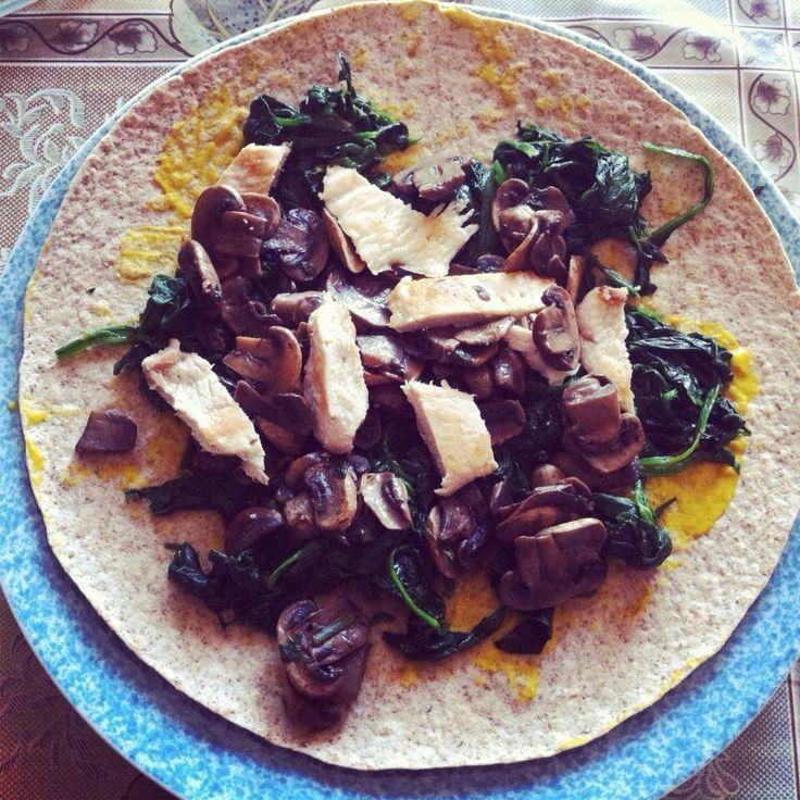 Tortilla con senape,spinaci, funghi e petto di pollo