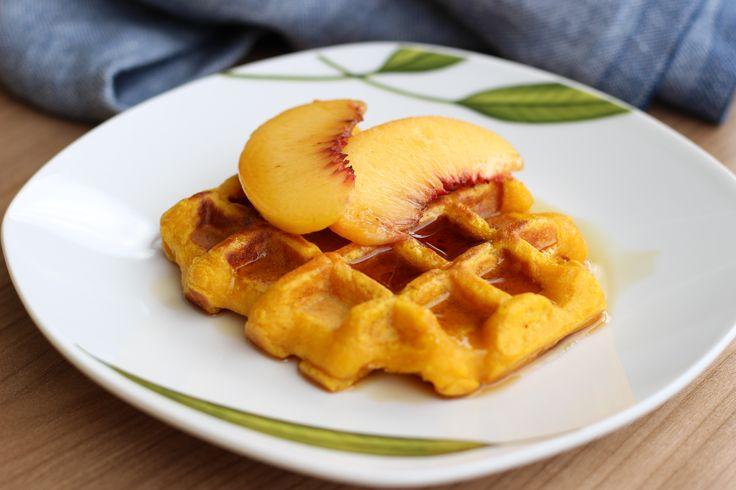 Na prvé počutie tekvica a wafle k sebe moc nepasujú, keď ich však skombinujete s tým správnym korením vzniknú nezabudnuteľné raňajky, ktoré si zamilujete.